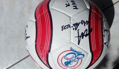 """Συλλεκτική μπάλα ποδοσφαίρου του ΑΟ Χαϊδαρίου υπογεγραμμένη από τους ποδοσφαιριστές για την εκδήλωση """"ΚΑΤΙ ΠΑΙΖΕΙ ΣΤΟ ΧΑΪΔΑΡΙ"""""""